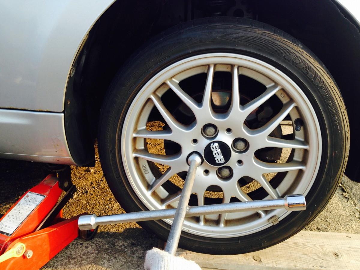 自分で簡単!車のタイヤ交換方法と必要な工具2つ
